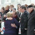 Governor Kulongoski comforts the mother of PFC Ryan Hill at the ceremony February 2nd. Photo: iraqwarheroes.org